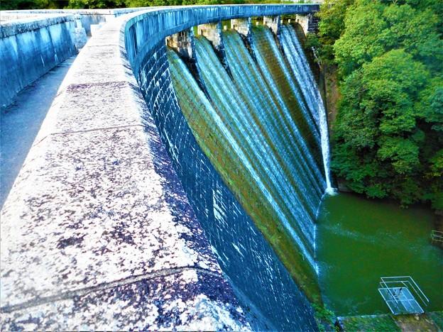 久山田水源池の秋@小型ダムの放水@秋の散歩道21.9.18