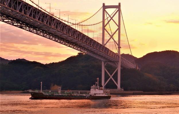 秋の海峡を航(い)く@夕暮れの因島大橋21.10.8