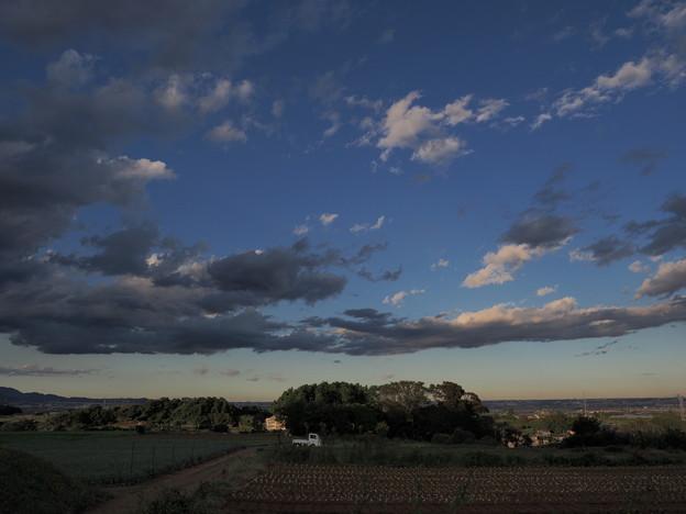 夕暮れ前の丘