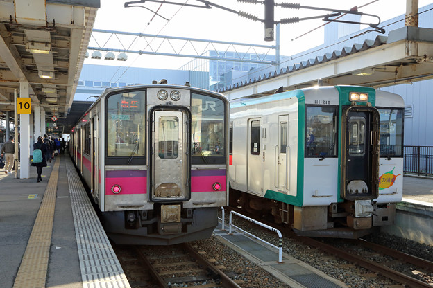 Photos: 701系、キハ111@新庄駅