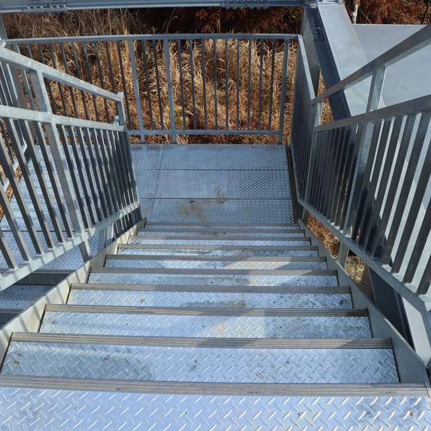 富幕山展望舎デッキ階段の縞板取り付け工事済