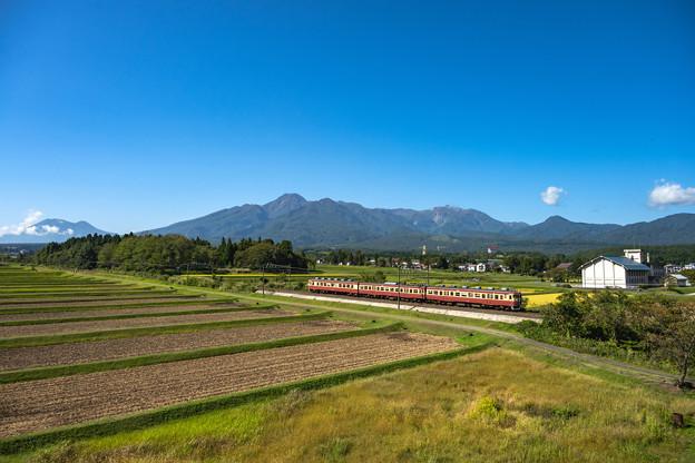 妙高山と国鉄車