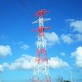 秋空に紅白鉄塔
