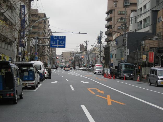 千駄木4丁目交差点 西北向き(文京区)山中