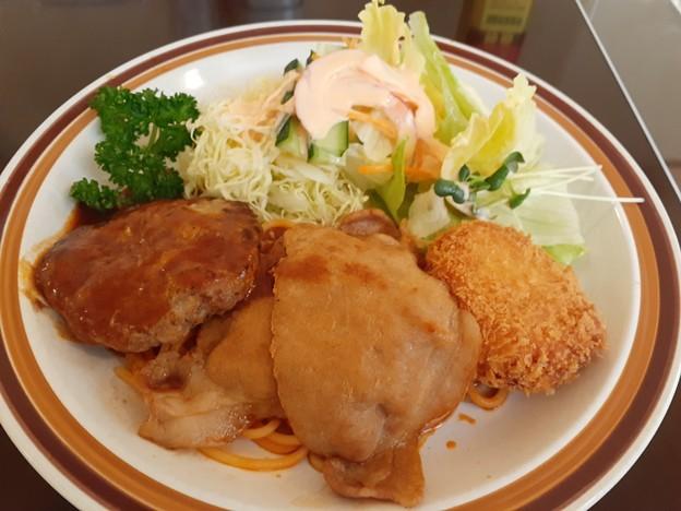 ハンバーグ 豚の生姜焼き コロッケ ライス サラダ