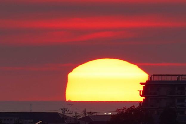 変形夕日  日本海に沈む