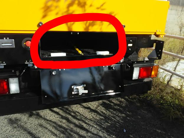 高所作業車後部の赤丸部の蓋を開くと脚立や梯子を入れる収納スペースがあるのだが、通称「棺桶」と呼んでいる。(えっ? 美神だけ?w)
