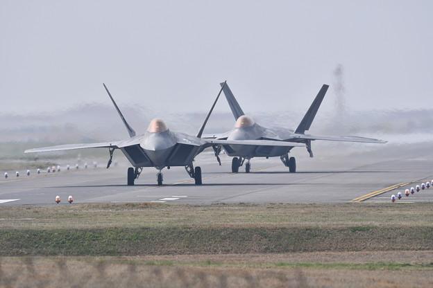 午前中米海軍のホーネットと訓練F-22ラプターと訓練