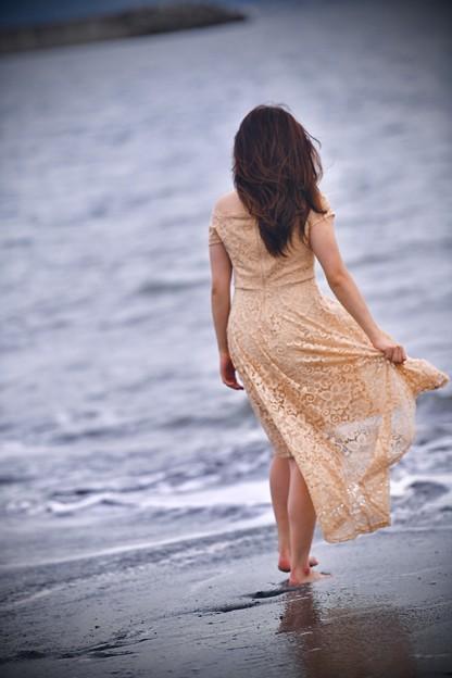 彼女が浜辺を。。