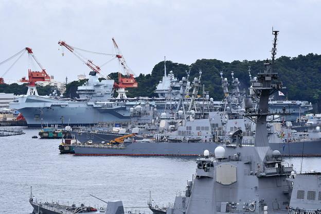 横須賀基地に初寄港した英国海軍空母クイーンエリザベス