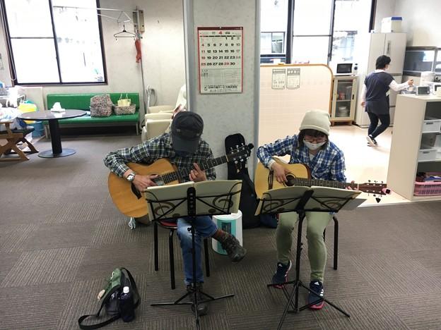 みよし市地域活動支援センターでギターデュオ2021年4月13日06