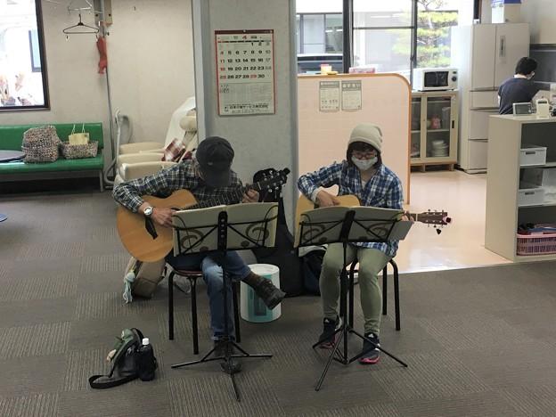みよし市地域活動支援センターでギターデュオ2021年4月13日07