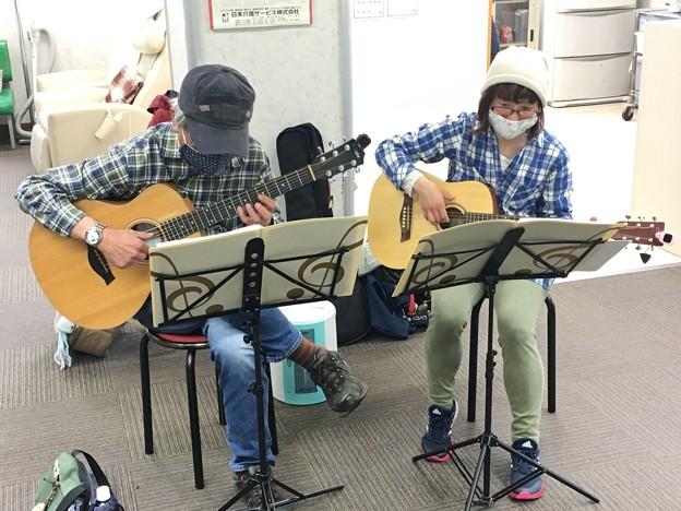 みよし市地域活動支援センターでギターデュオ2021年4月13日08