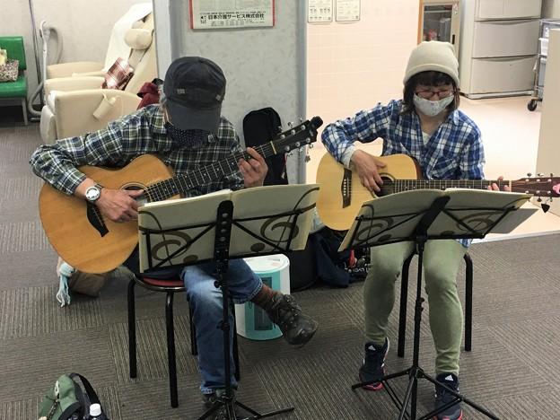 みよし市地域活動支援センターでギターデュオ2021年4月13日09