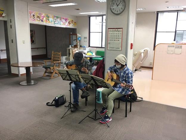 みよし市地域活動支援センターでギターデュオ2021年4月13日11