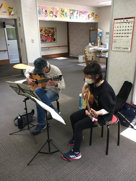 みよし市地域活動支援センターでギターデュオ2021年4月20日06