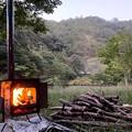 朝から薪ストーブの焚き付け