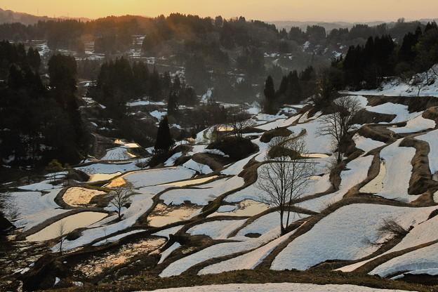 残雪の棚田