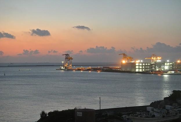 ある夕方の那覇港のクレーン