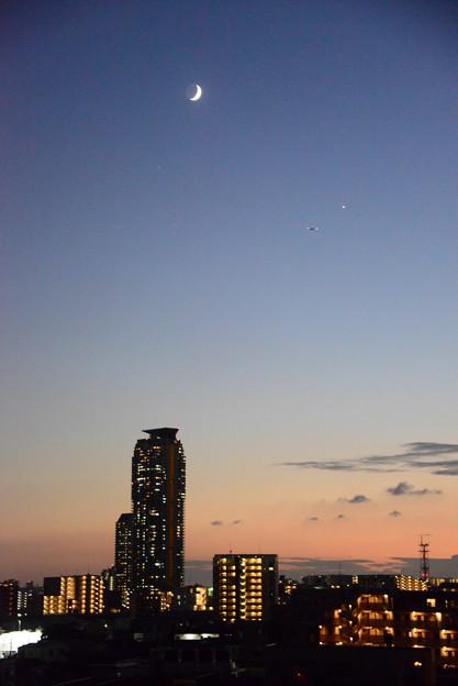 夕月と金星と飛行機とエルザタワー