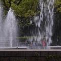 噴水と遊ぶ