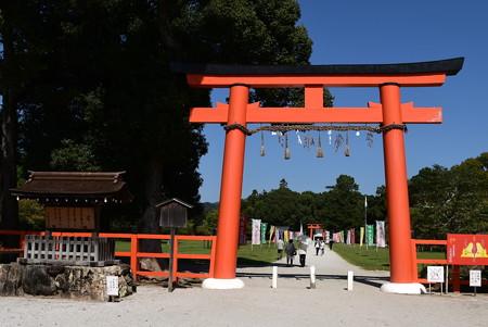秋空の上賀茂神社