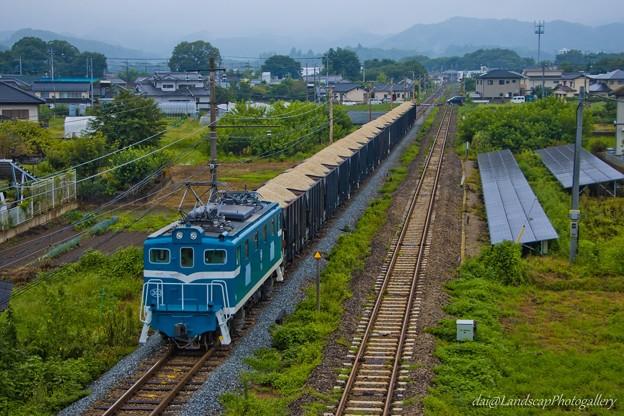 雨の寄居町をゆく秩父鉄道鉱石専用列車