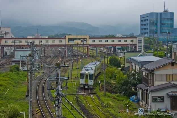 雨の寄居駅と八高線列車