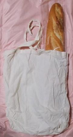 MM令和三年七月手提げ袋と棒状のパン